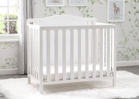 Mini Lit de bébé Willow de Delta Children avec Matelas et 2 Draps - Blanc Bianca